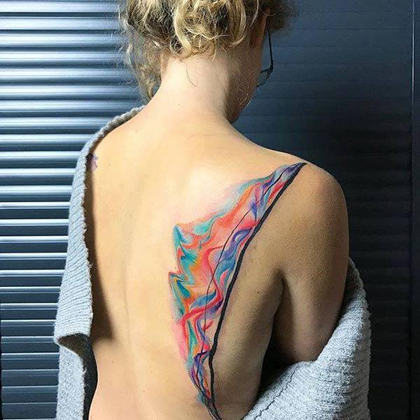 Прекрасно жив вертикален планински пејзаж акварел идеи за тетоважа за девојки на грбот