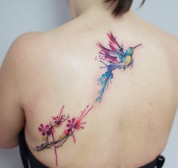 Vroue se aantreklik pragtige vlieënde voël blomme waterverf terug tattoo ontwerpe
