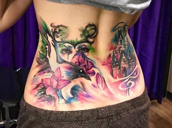 Graceful Fantasy-gedrewe vroue-oog-voëlkasteel blomme tattoo-ontwerp op rug vir aantreklike dames