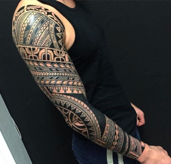 Fascinerende uttrykksfulle Full-Sleeve Tribal tatoveringsdesign på menn