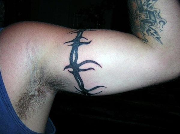 Opvallende prikkeldraad armband tattoo ideeën voor jongens