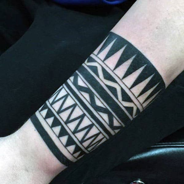 Bred svart geometrisk tribal armbånd tatovering ideer for gutter
