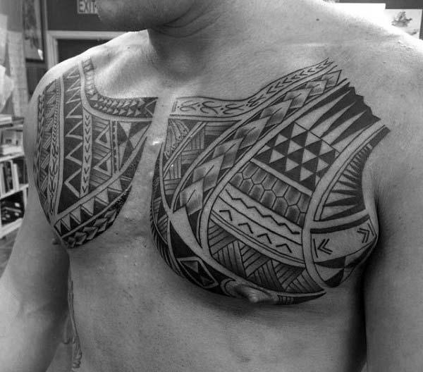 Εντυπωσιακές πολυνησιακές φυλετικές ιδέες τατουάζ στήθος για τους άνδρες