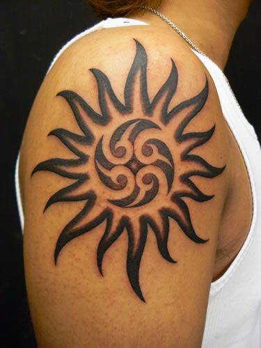 Magnificent Shoulder Tribal Sun Tattoo ein visueller Genuss auf Männer