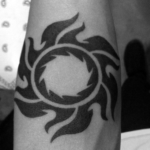 Apelando ideas intensas de tatuaxes de sol tribal negro para homes no brazo