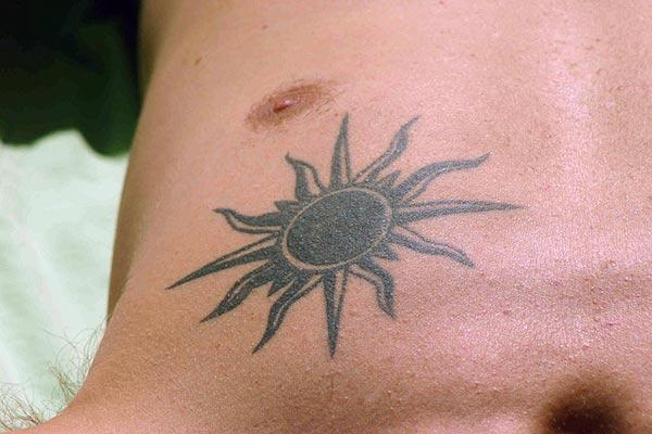 Ideas de tatuaje de sol gris tribal gris negro para homes