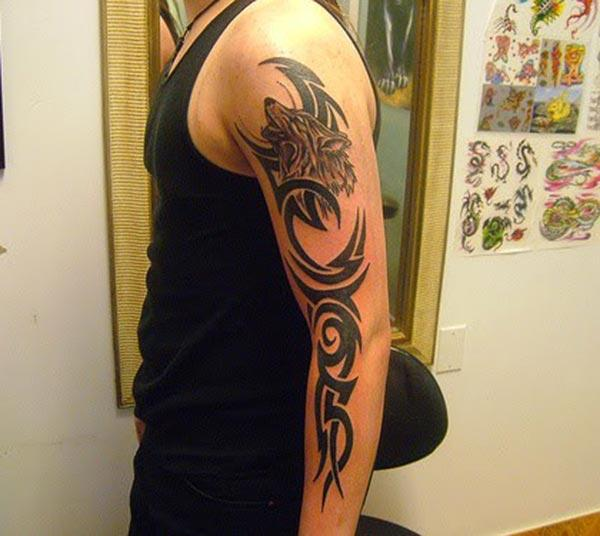 Awesome Celtic Howling Wolf Head Tribal Tattoo Ideas för Guys on Arm