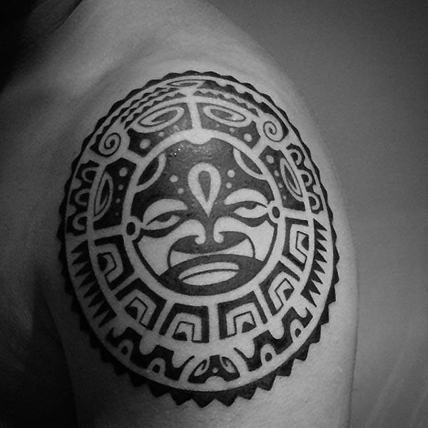 Oszukiukai Aztec genties pečių tatuiruotės dizaino vaikinai