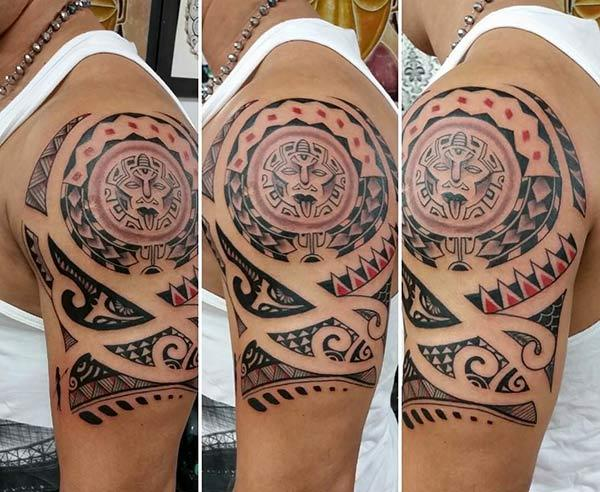 Įkvepiantis raudonos, juodos Aztekos genties pečių tatuiruotės dizainas vyrams