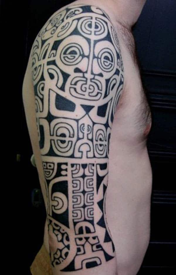 Plati juodai išklotos azecų gentys. Visas rankovių tatuiruočių dizainas berniukams
