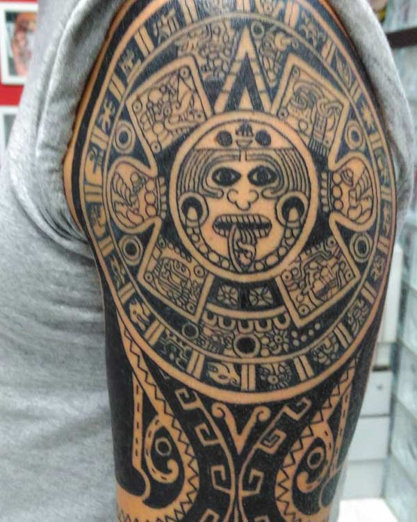 Manljus Attractive Aztec tribale tattoo op Shoulder