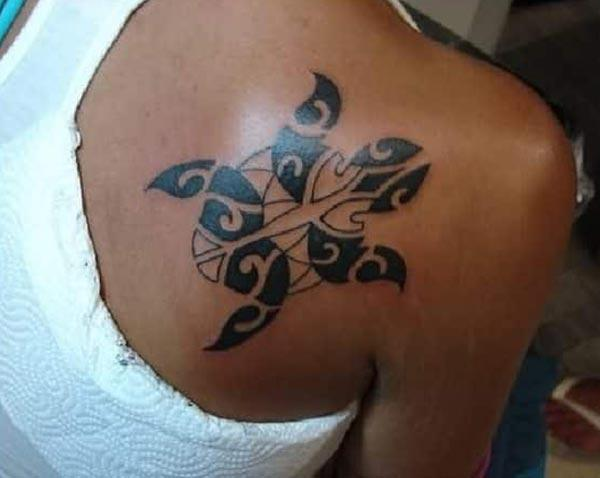 Smukke intense sort maori tribal turtle tatovering ideer på ryggen for damer