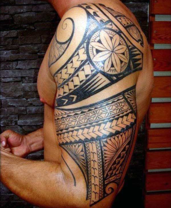 Irresistiblement atractiu disseny tattoo tribal hawaiano sobre braç per a homes