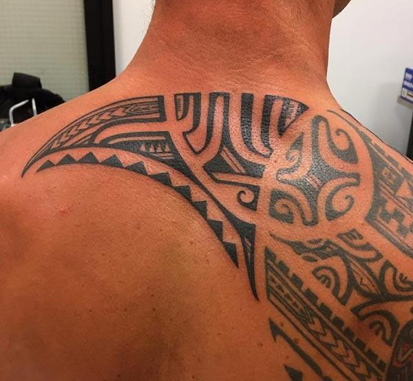 Captivating intense black Hawaiian tribal back tattoo ideas for Guys
