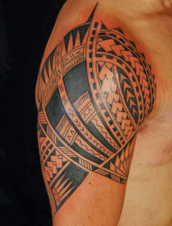 Intense black lined Hawaiian tribal shoulder tattoo ideas for Boys