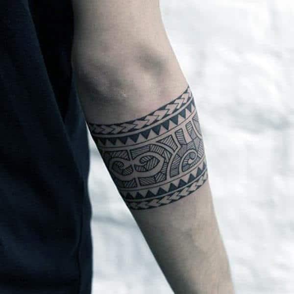 Әйелдерге арналған әдемі арбанда тайпалық тату-сурет идеясы