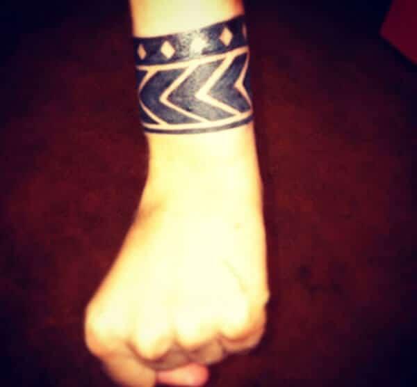 Malubhang malawak na black armband tribal tattoo para sa Girls