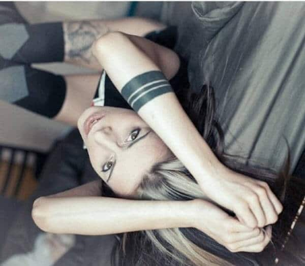 Malapad na malapad at matinding itim na armband na mga ideya ng tattoo para sa babae at babae