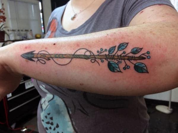 idées de tatouage flèche glamour sur l'avant-bras pour les filles