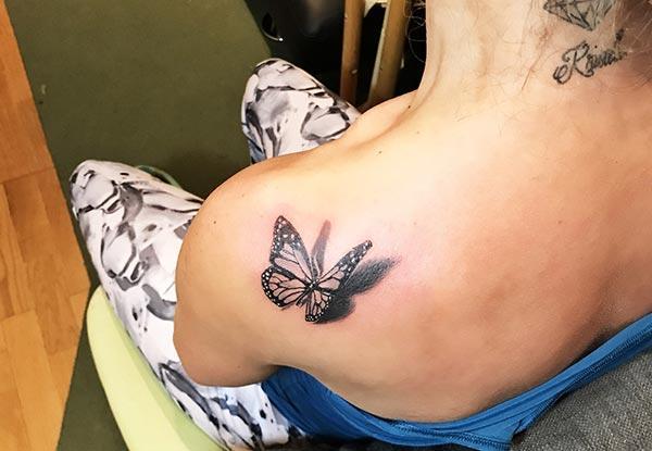 ການອອກແບບ tattoo butterfly ຈັບກຸມກ່ຽວກັບ shoulder ສໍາລັບ ladies ແລະເດັກຍິງ