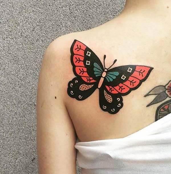 ການອອກແບບ tattoo butterfly ສີດໍາສີແດງທີ່ໂດດເດັ່ນຢູ່ດ້ານຫລັງຂອງເດັກຍິງ