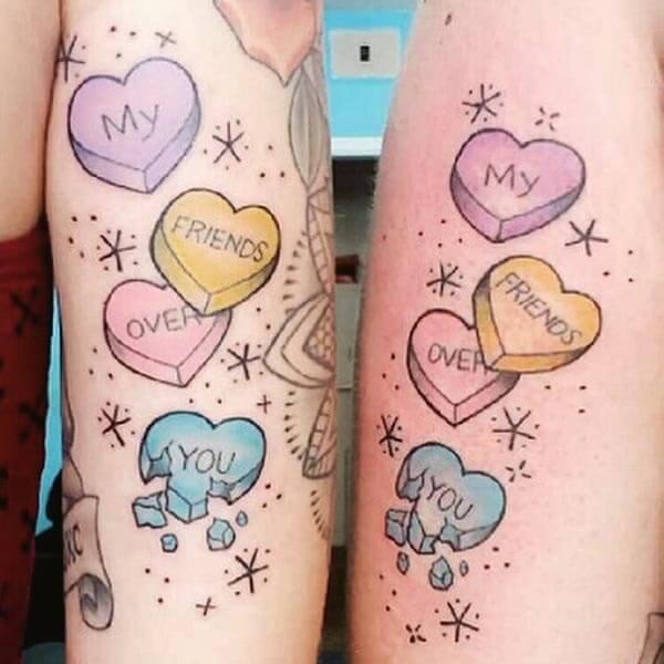 Pārdomāts skaistu krāsu tattoo idejas draugiem
